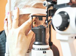 Älterer Herr wird an den Augen auf Grüner Star untersucht.